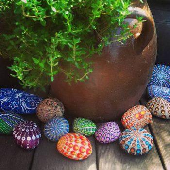 Mina handmålade stenar, en prydnad i trädgården.